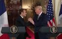 """Màn bắt tay """"giật và kéo"""" của ông Trump và Tổng thống Pháp"""