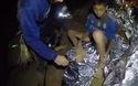 Các cầu thủ nhí được chăm sóc vết thương trong hang