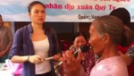 Mỹ Tâm múa phụ họa cho cụ bà trong chuyến từ thiện tại Bình Sa