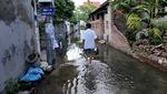 Dù trời nắng nóng hơn 40 độ C, người dân sống trong con ngõ 2/46 vẫn bì bõm lội dưới lòng đường đầy nước cống.