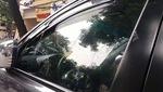 Dấu vết dính của băng vệ sinh vẫn in hằn trên thân xe