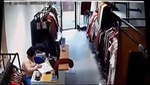 Clip tên cướp táo tợn vào cửa hàng quần áo, xịt dung dịch lạ vào mặt nhân viên