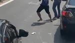Clip: Va chạm giao thông, 2 người đàn ông đánh nhau giữa đường lộ. Nguồn: Facebook