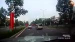 Clip: Nam thanh niên lao đầu vào ô tô với ý định tự sát. Nguồn: Facebook