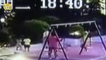Clip: Bé gái 2 tuổi bị người phụ nữ đạp ngã