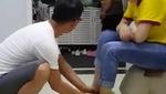Làm chồng khó lắm phải đâu chuyện đùa: chậu nước vừa rửa chân cho vợ lại đem ra gội đầu và lí do khiến ai cũng cười té ghé.