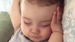Em bé ngủ dậy với biểu cảm thật đáng yêu