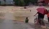 Liều lĩnh lội qua cầu, 3 người bị nước lũ cuốn trôi. (Nguồn: Facebook)
