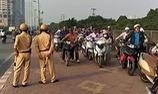 """Hàng trăm người dắt xe máy ngược chiều, """"tránh"""" cảnh sát giao thông"""