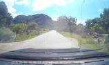 Thót tim em bé bò ngang qua Quốc lộ giữa trưa nắng