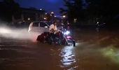 Cặp đôi mô tô Harley-Davidson lội bì bõm trên đường ngập tại Hà Nội (P1)