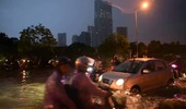 Cặp đôi mô tô Harley-Davidson lội bì bõm trên đường ngập tại Hà Nội (P2)