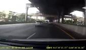 Đang di chuyển, xe container bất ngờ quay ngoặt đầu lại, suýt va chạm với ô tô con
