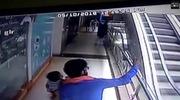 Bà mẹ mải chụp ảnh selfie trên thang cuốn khiến con gái 10 tháng tuổi rơi từ tầng 3 xuống đất