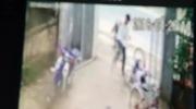 Clip: Người đàn ông đánh, đạp bé trai túi tụi trước cổng nhà. Nguồn: Facebook