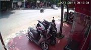 Clip: Người phụ nữ sang đường bị ô tô húc tung, lộn vòng trên không trung. Nguồn: Facebook
