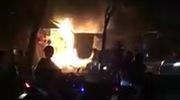 Clip: Rất đông người dân tập trung bên ngoài hiện trường vụ cháy. Nguồn: Facebook