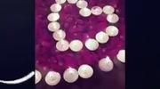 Clip ghi lại màn cầu hôn với nến, hoa hồng, bóng bay và một màn ảo thuật nho nhỏ mà Hải dành cho Quỳnh Anh
