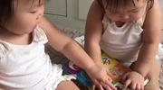 Leia ra dáng chị cả khi giải đáp thắc mắc trong sách cho cô em gái Lauren của mình