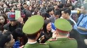 Chen lấn, xô đẩy trước cổng vào Lễ hội hoa