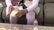 """Vợ vắng nhà, con thì khát sữa, bố trẻ nhanh trí """"chế tác"""" bầu sữa mẹ như thật cho con"""
