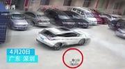 Xe ôtô vô tư đi qua người em bé