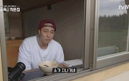 """Tập 7 """"Little house in the forest"""": So Ji Sub và tin nhắn video gửi đến đàn bò"""