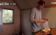 """Tập 7 """"Little house in the forest"""": So Ji Sub hoàn thành món canh bánh gạo thần sầu chỉ trong 10 phút"""