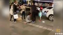 Clip: Chồng đánh vợ giữa đường ngay trước mặt con gái