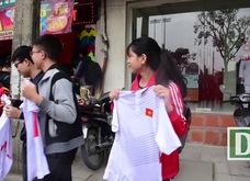 Video: Cổ động viên Hà Nội xếp hàng dài nhận áo, vé cổ vũ U23 Việt Nam