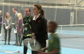Công nương Kate chơi tennis một cách nhanh nhẹn dù đang mang thai.