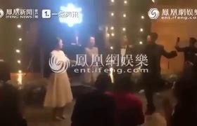Cô dâu - chú rể hào hứng nhảy nhót cùng mọi người