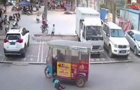 Thót tim khoảnh khắc cậu bé bị xe chèn qua, người lớn thờ ơ, đứa trẻ 7 tuổi chạy lại cứu