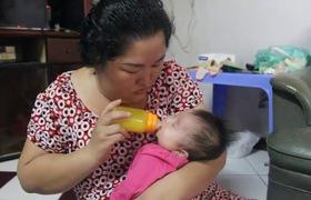 Bé gái 3 tháng tuổi nghi bị mẹ bỏ rơi trước cổng nhà giữa đêm kèm theo cuốn sổ chích ngừa bệnh