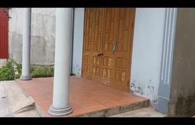 Clip ghi nhận ngôi nhà nơi xảy ra sự việc và chiếc xích cùng chiếc xe ô tô đồ chơi