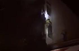 Clip Cảnh sát trèo tường đột nhập vào ngôi nhà 5 tầng bốc cháy