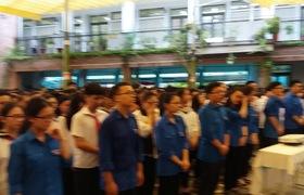 Buổi chào cờ tiễn biệt thầy Văn Như Cương tại trường Lương Thế Vinh (Tân Triều, Thanh Trì)