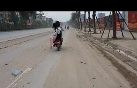 Bụi bẩn như sương mù bủa vây khắp con đường Võ Chí Công (quận Tây Hồ, Hà Nội)