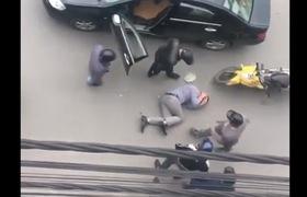 Clip ghi nhận lại hình ảnh 5 thanh niên tra tấn 1 một người đàn ông