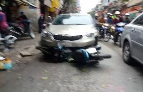 """Hiện trường xe """"điên"""" va chạm với xe máy khiến 2 người nhập viện"""