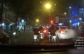 2 nam thanh niên dàn cảnh trộm túi của người phụ nữ đi xe Lead ở Lò Đúc, Hà Nội. Clip Cá Trê
