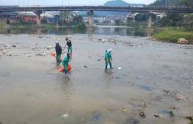 Đội vệ sinh môi trường đã phải thu dọn rác thải vô cùng vất vả