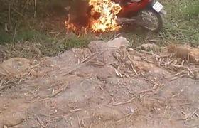 Châm lửa đốt xe để chống đối Cảnh sát giao thông sau khi vi phạm. Nguồn: Facebook