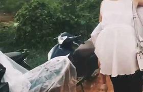 Clip: Chàng trai cõng bạn gái đi qua sình lầy khiến cộng đồng mạng tranh cãi dữ dội. Nguồn facebook
