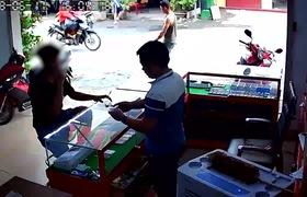 Clip: Vờ mua hàng, thanh niên trộm 2 chiếc iPhone 7 trong tích tắc. Nguồn: Facebook