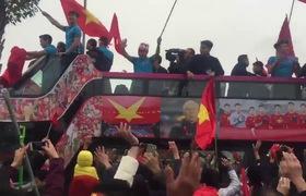 Clip: Các cầu thủ diễu hành trên xe buýt mui trần (Nguồn: Facebook Pham Quang Trung)