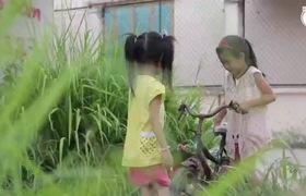 Gia đình vé số ở Sài Gòn: Hai cô bé không được đi học và nước mắt người mẹ bệnh tật. Thực hiện: Kingpro