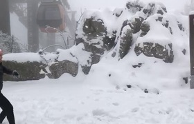 Du khách thích thú ngắm tuyết rơi trên Fansipan sáng 12/1 (nguồn: Nguyễn Đặng Phú)