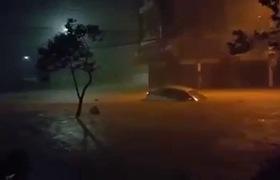 Nha Trang ngập nặng do mưa lớn, ô tô bị cuốn trôi trên đường phố