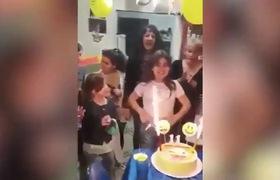Clip: Bé gái bị cháy mặt ngay trong bữa tiệc sinh nhật.